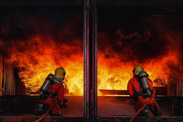 Pratique d'équipe pour combattre le feu en situation d'urgence Photo Premium