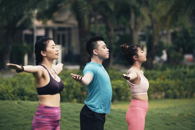 Pratique de yoga en plein air Photo gratuit