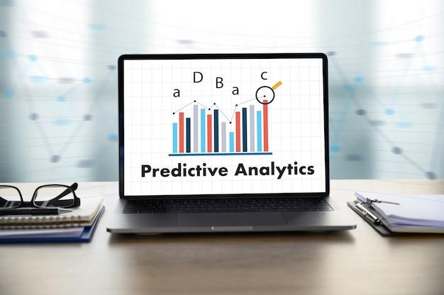 Predictive analytics homme d'affaires travaillant au bureau Photo Premium