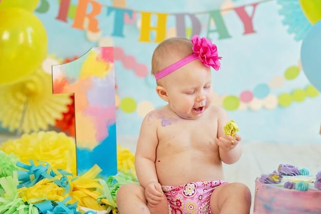 Premier anniversaire, briser le gâteau. crème sur les jambes Photo Premium