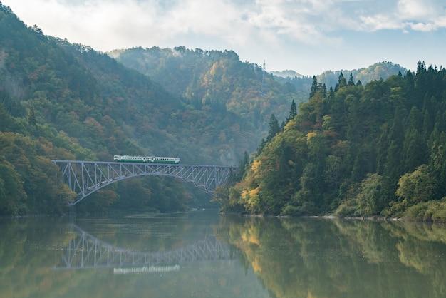 Premier pont de fukushima sur la rivière tadami au japon Photo Premium