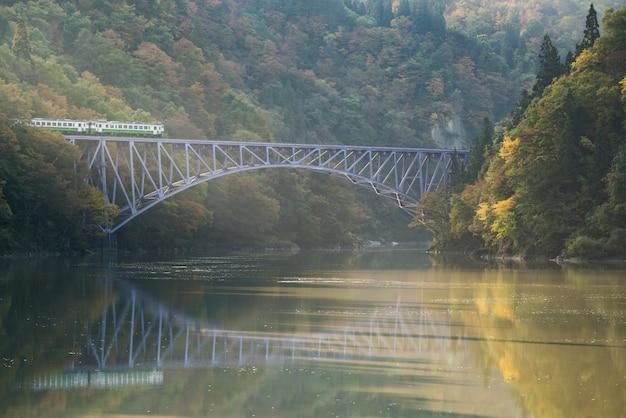 Premier pont de fukushima, rivière tadami, japon Photo Premium