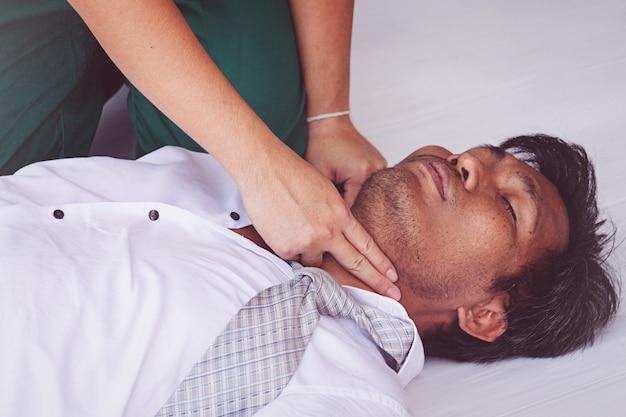 Premier secours d'urgence rcr sur crise cardiaque homme Photo Premium