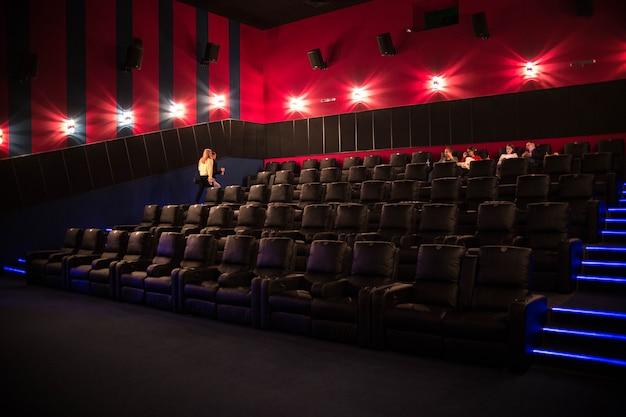 La Première, Les Gens Vont Au Cinéma. Cinéma Moderne Photo Premium