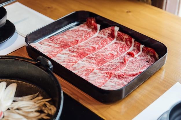 Premium rare slices wagyu a5 à la texture marbrée. Photo Premium