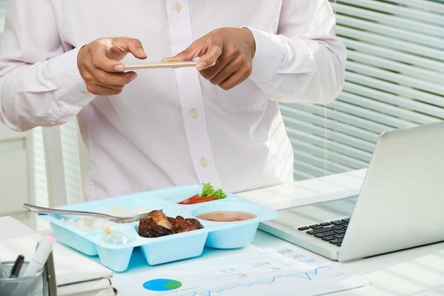 Prendre une photo d'un déjeuner appétissant Photo gratuit