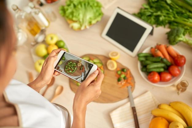 Prendre une photo de salade Photo gratuit