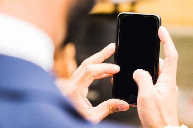 Prendre Une Photo Avec Un Téléphone Portable Intelligent Avec Un Tracé De Détourage Pour L'écran Photo Premium