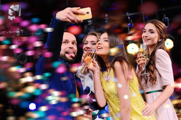 Prendre une photo de vous-même. fête, vacances, discothèque. Photo Premium
