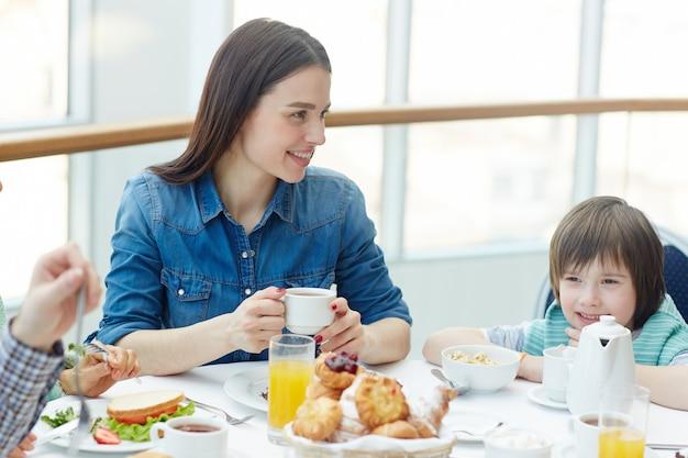 Prendre ses repas en famille Photo gratuit