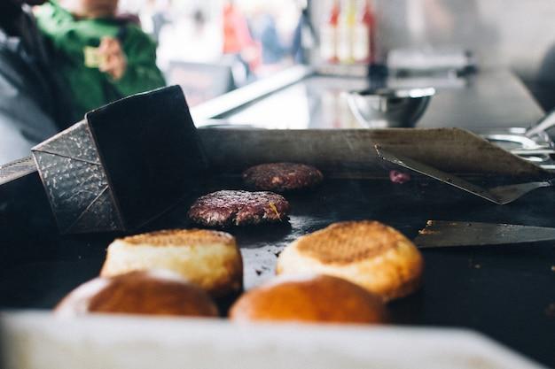 Préparation de burger dans un camion de nourriture Photo gratuit