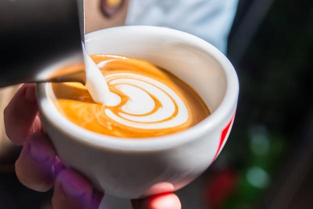 Préparation De Cappuccino Avec Décoration Photo Premium