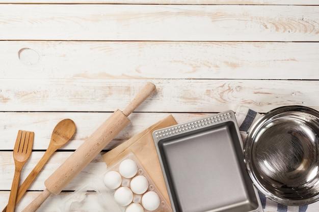 Préparation de cuisson, vue de dessus d'une variété d'ustensiles de cuisson et d'ingrédients Photo Premium