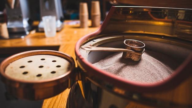 Préparation du café en cezve sur du sable chaud au café Photo gratuit