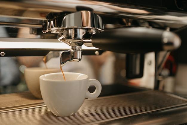 Préparation De L'espresso Dans Une Machine à Expresso Professionnelle Photo Premium