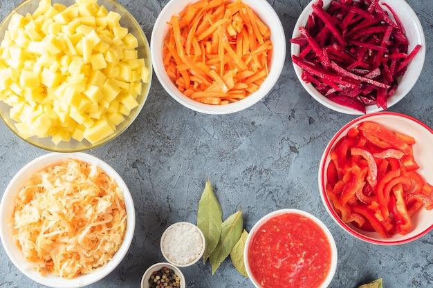 Préparation Des Ingrédients De Légumes De La Soupe Borsch Dans La Cuisine Photo Premium