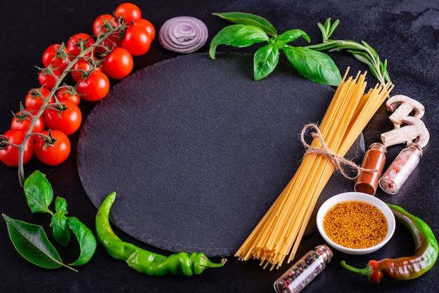 Préparation de savoureuses pâtes fraîches aux légumes Photo Premium