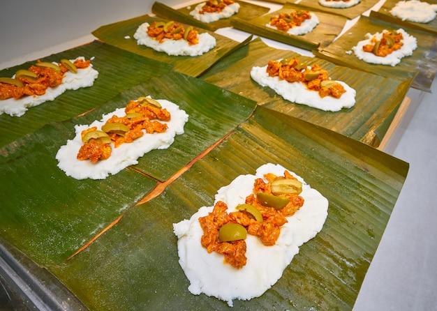 Préparation tamale recette mexicaine feuilles de bananier Photo Premium
