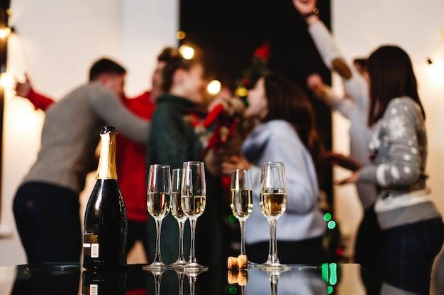 Préparations de noël et du nouvel an. compagnie de jeunes heureux et attrayants célèbrent Photo gratuit