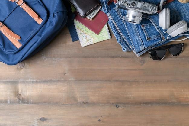 Préparer des accessoires de sac à dos et des articles de voyage en bois Photo Premium