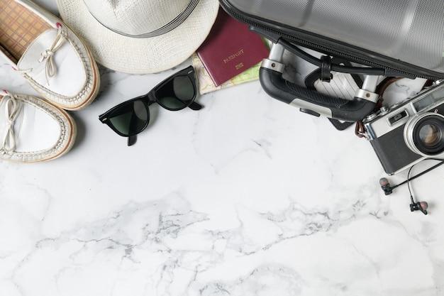 Préparer des accessoires de valise et des articles de voyage Photo Premium