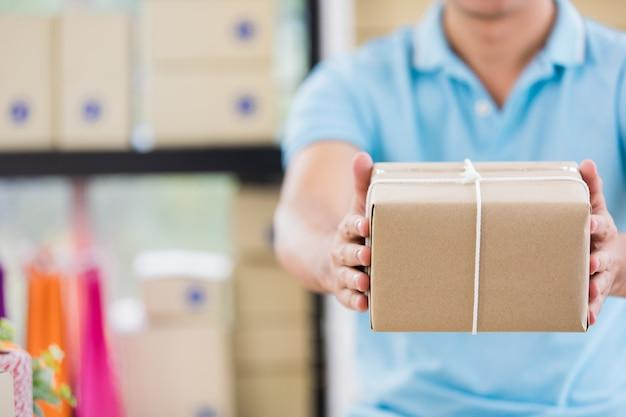 Préparer des boîtes de marchandises à partir d'affaires de base Photo Premium