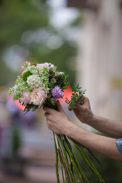 Préparer un bouquet de fleurs mélangées dans une vue de la rue Photo gratuit