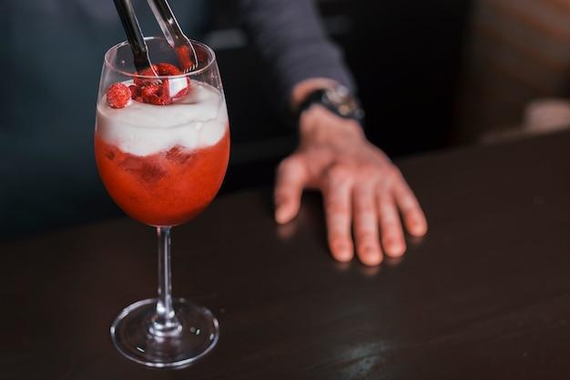 Préparer Un Cocktail Rafraîchissant Dans Un Bar Photo gratuit