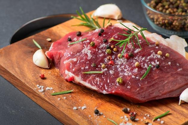 Préparer du bœuf frais avec de l'ail salé pour le bifteck Photo Premium