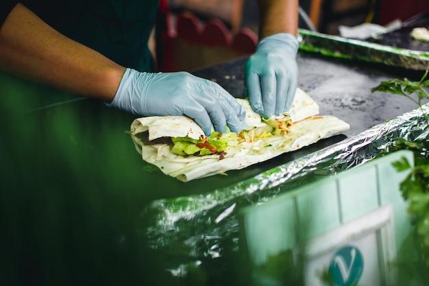 Préparer un emballage sain avec de la viande et des légumes à emporter Photo gratuit