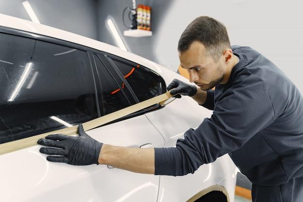 Préparer Une Voiture Avant De Peindre Au Pistolet Photo gratuit