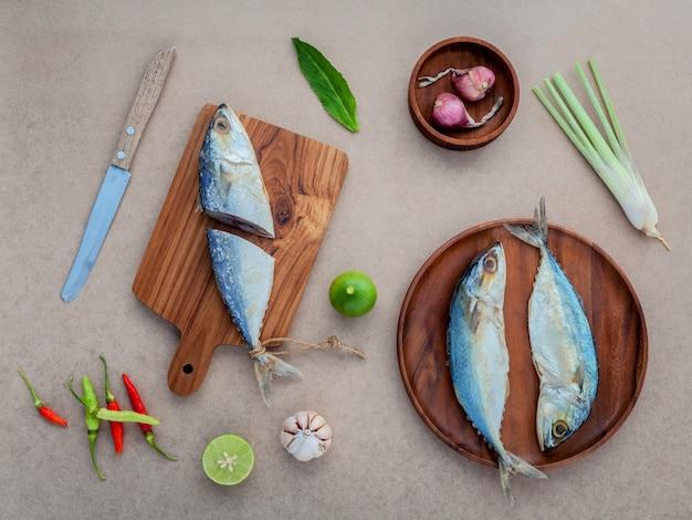 Préparez la cuisson de la salade de poisson salé conservée dans la cuisine thaïlandaise. Photo Premium