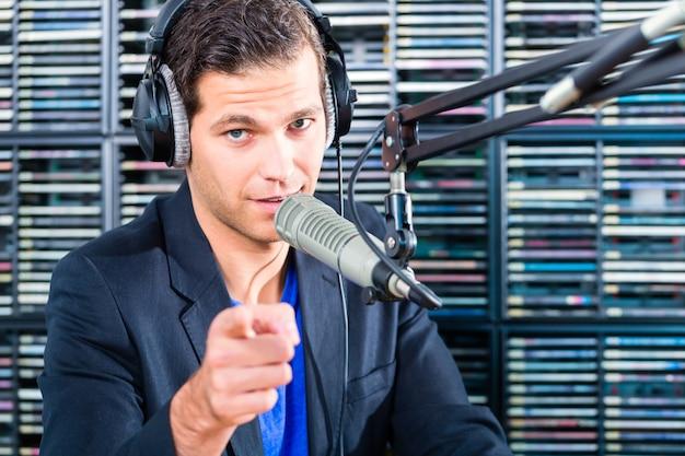 Présentateur de radio dans une station de radio en ondes Photo Premium