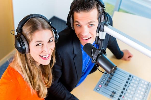 Présentateurs de radio dans la station de radio sur l'air Photo Premium