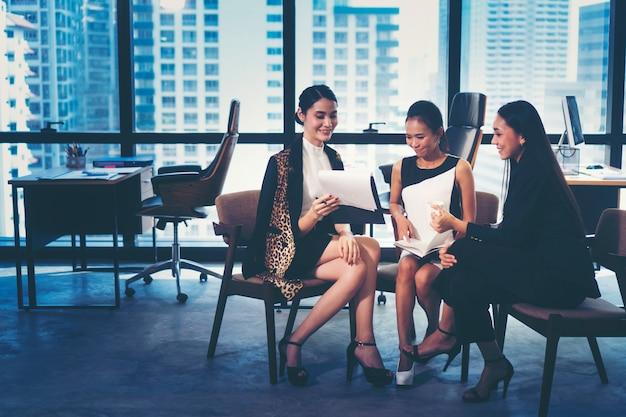 Présentation de plans de travail en marketing d'entreprise par de jeunes femmes d'affaires Photo Premium