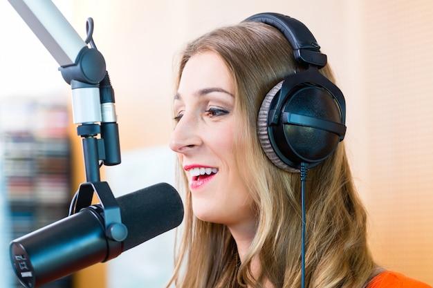 Présentatrice de radio dans une station de radio en ondes Photo Premium