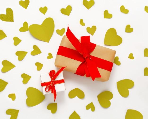 Présenter La Boîte Cadeau à Plat. Vue De Dessus Des Décorations De La Saint-valentin. Coffret Cadeau, Ruban Rouge, Coeurs. Anniversaire Photo Premium