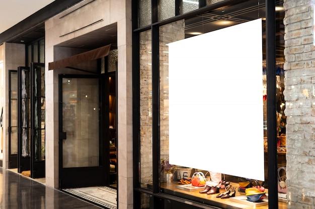 Présentoir vierge affiche de promotion au magasin de vêtements ou devanture de magasin. Photo Premium