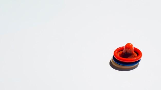 Préservatifs colorés à angle élevé avec espace de copie Photo gratuit