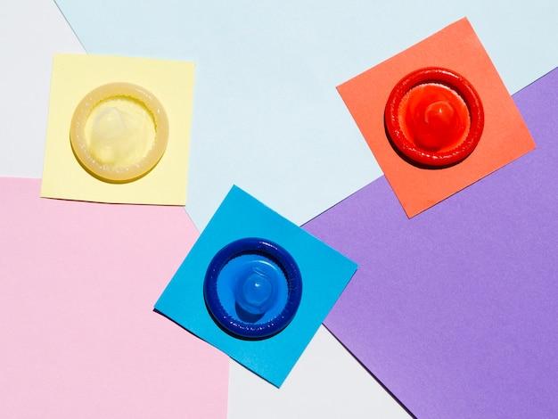 Préservatifs de la vue de dessus sur fond coloré Photo gratuit
