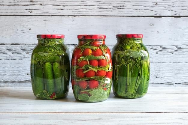 Préservation des tomates et des concombres dans des bocaux Photo Premium