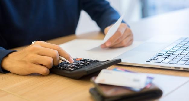 Presse homme, calculatrice, et, penser, sur, factures, mensuel Photo Premium