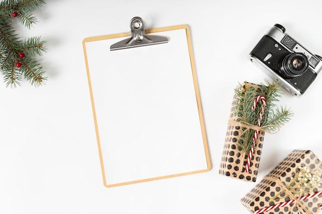 Presse-papiers Avec Boîtes-cadeaux Et Caméra Sur La Table Photo gratuit