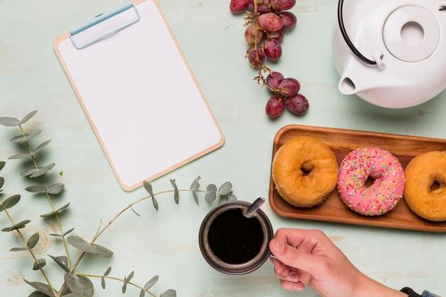 Presse-papiers à cadre et pause café savoureuse Photo gratuit