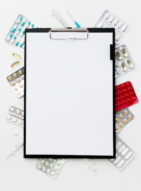 Presse-papiers Avec Cadre De Pilules Sur Le Bureau Photo gratuit