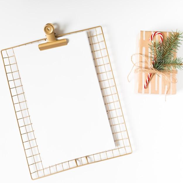 Presse-papiers avec coffret cadeau sur table blanche Photo gratuit