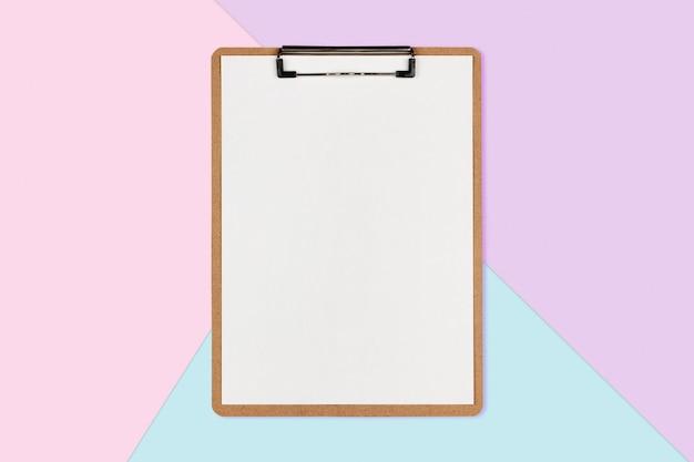 Presse-papiers avec une feuille blanche sur fond de couleur pastel, concept minimal Photo Premium