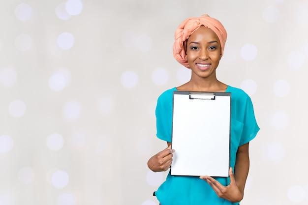 Presse-papiers montrant une belle jeune femme afro-américaine Photo Premium
