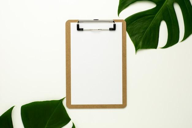 Presse-papiers et papier blanc sur fond de bureau blanc Photo Premium