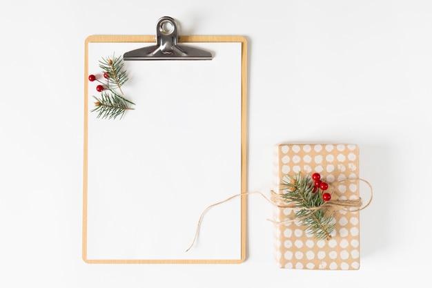 Presse-papiers avec petite boîte-cadeau sur la table Photo gratuit